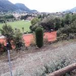 Die Tennisanlage und im Hintergrund Garda