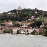 """Die """"Steinerne Brücke"""" (Ponte Pietra) über die Etsch"""