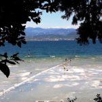 Ein schöner Durchblick auf See und Gebirge