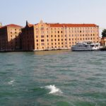 "Früher: Die größte Nudelfabrik Italiens, ""Molino Stucky"". Heute: Das Hiltonhotel"